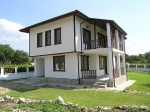 Nieuwbouwhuis in Bulgaarse stijl in het dorp Zdravets
